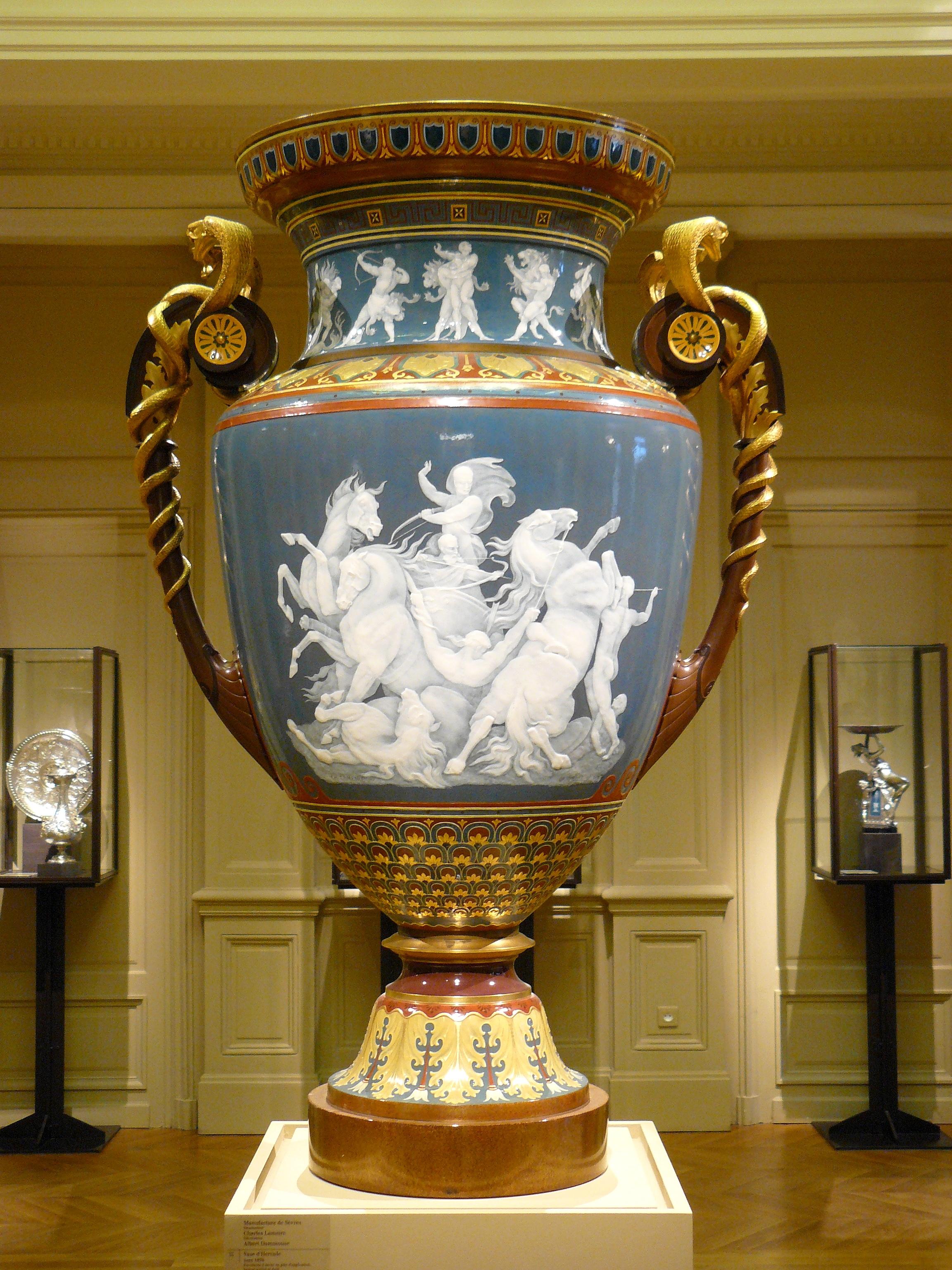 https://upload.wikimedia.org/wikipedia/commons/0/08/Vase_d%27Hercule_S%C3%A8vres_Orsay.jpg