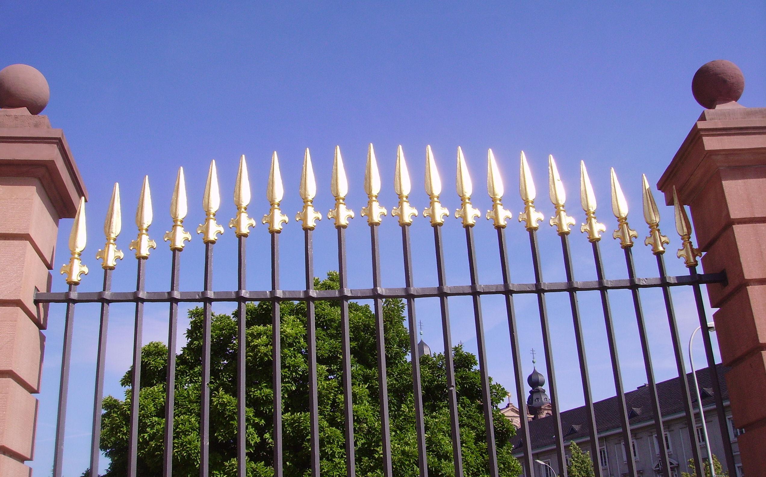 File:Zaun am Mannheimer Schloss.JPG - Wikimedia Commons