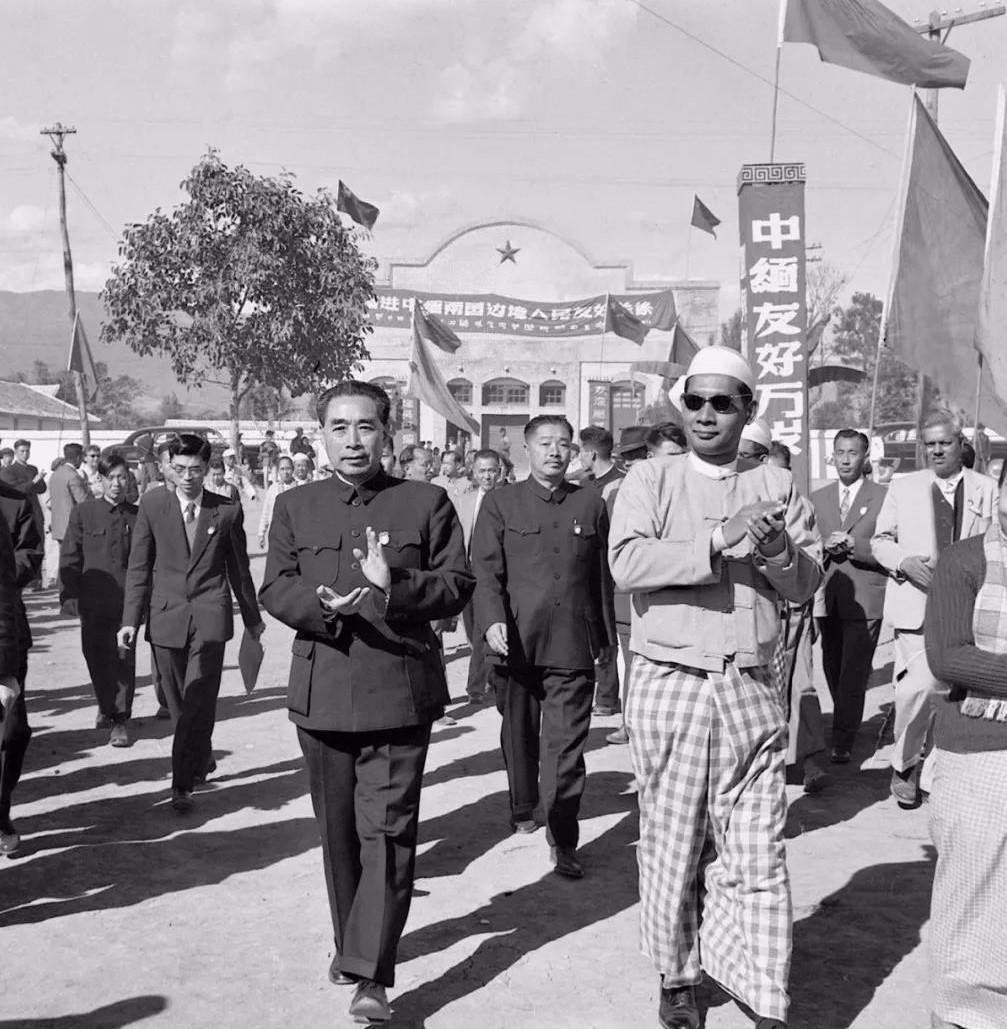 File:1956年周恩来与吴巴瑞步入畹町.jpg - Wikipedia