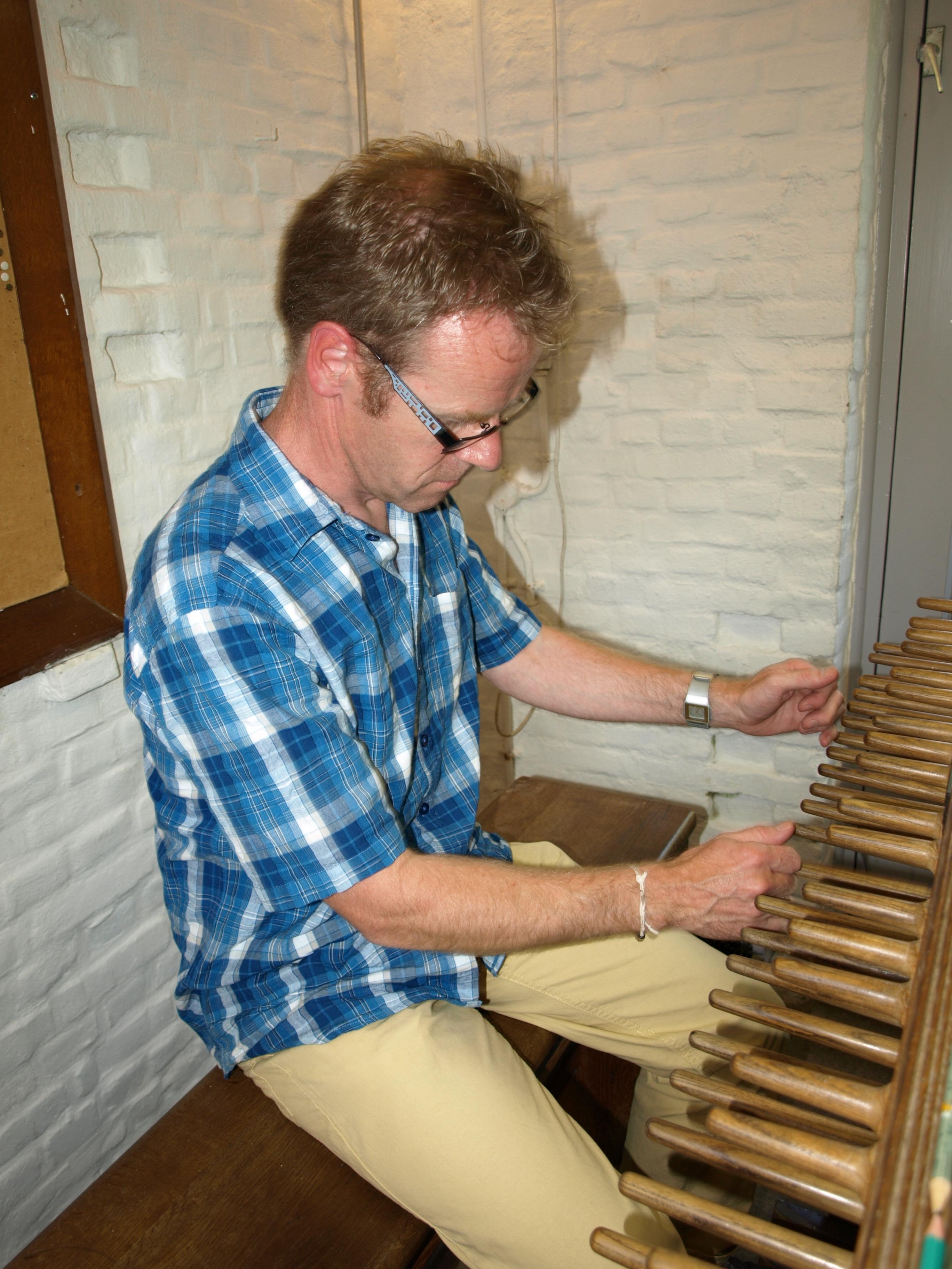 Wim Ruessink bespeelt het orgel van het Belgenmonument in Amersfoort