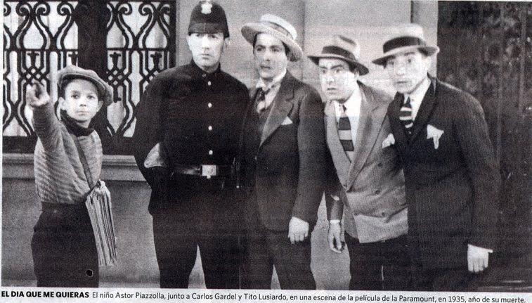 Piazzolla haciendo de canillita junto a Carlos Gardel en El día que me quieras, 1935.