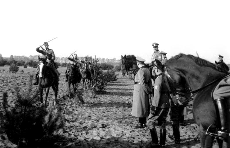 File:Bundesarchiv Bild 121-0507, Rathenow, Besichtigung Polizei-Reiterzüge.jpg