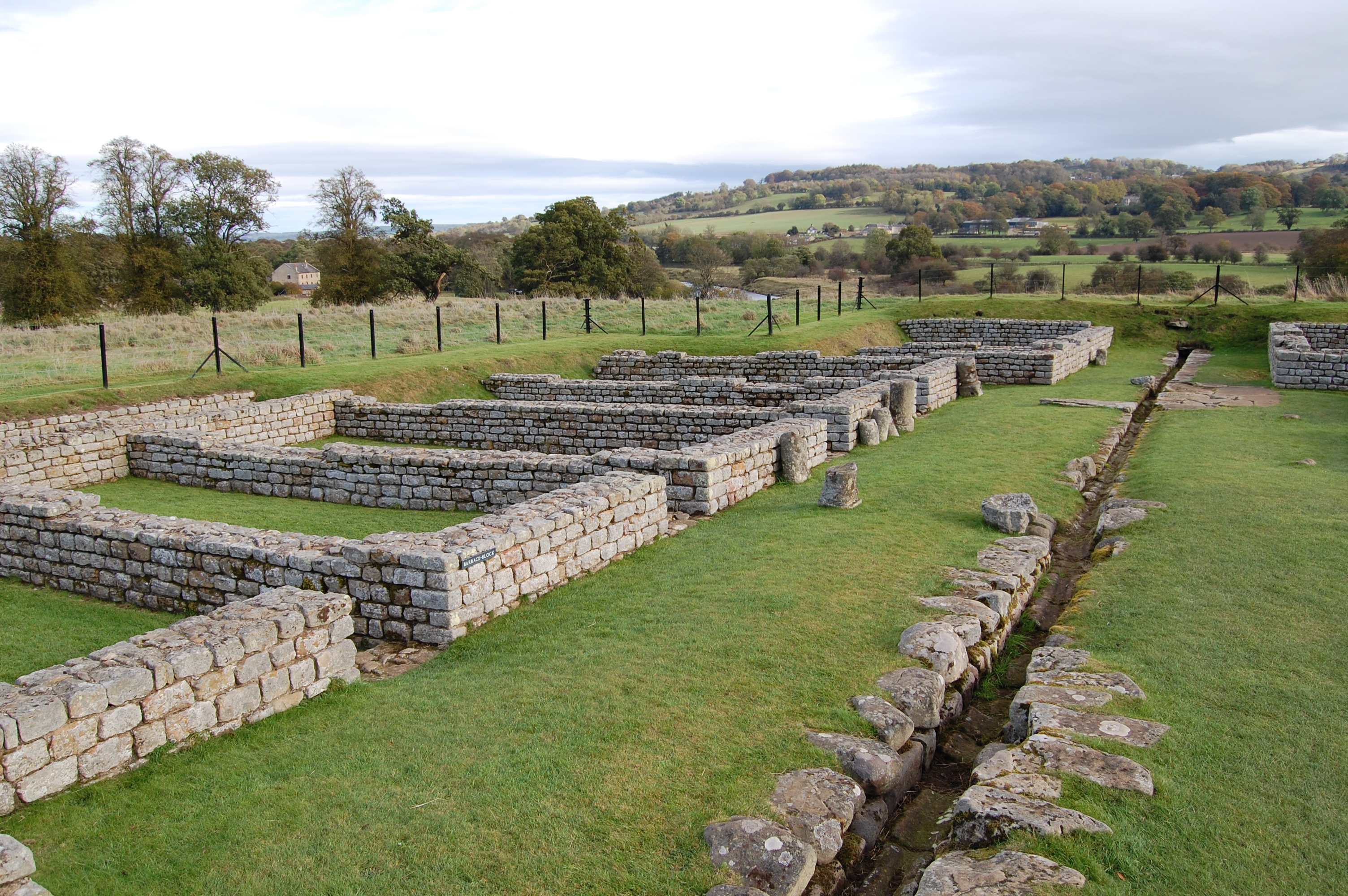 File Chesters Roman Fort Barracks Jpg Wikimedia Commons