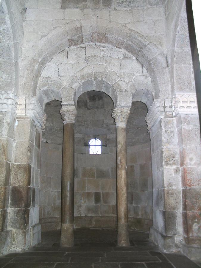 Interior. Pormenor de uma das arcadas triplas que antecedem três das quatro ábsides.jpg