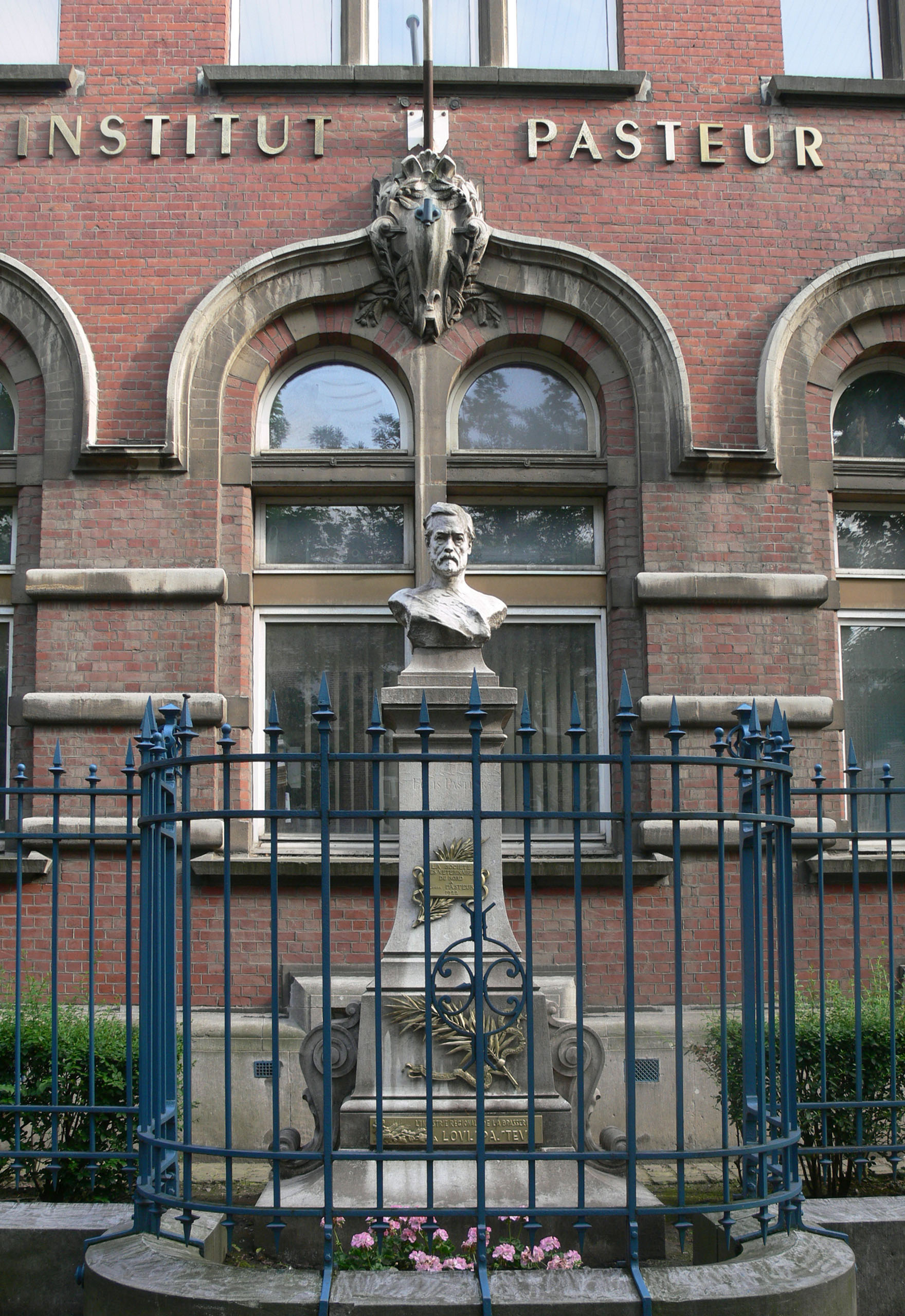 http://upload.wikimedia.org/wikipedia/commons/0/09/LouisPasteurMonumentLille.jpg