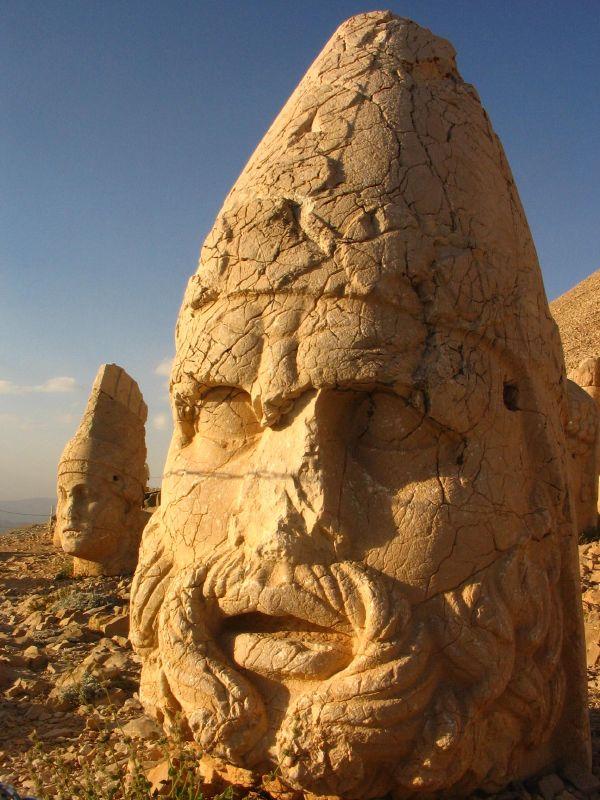 les statues antiques du mont Nemrud
