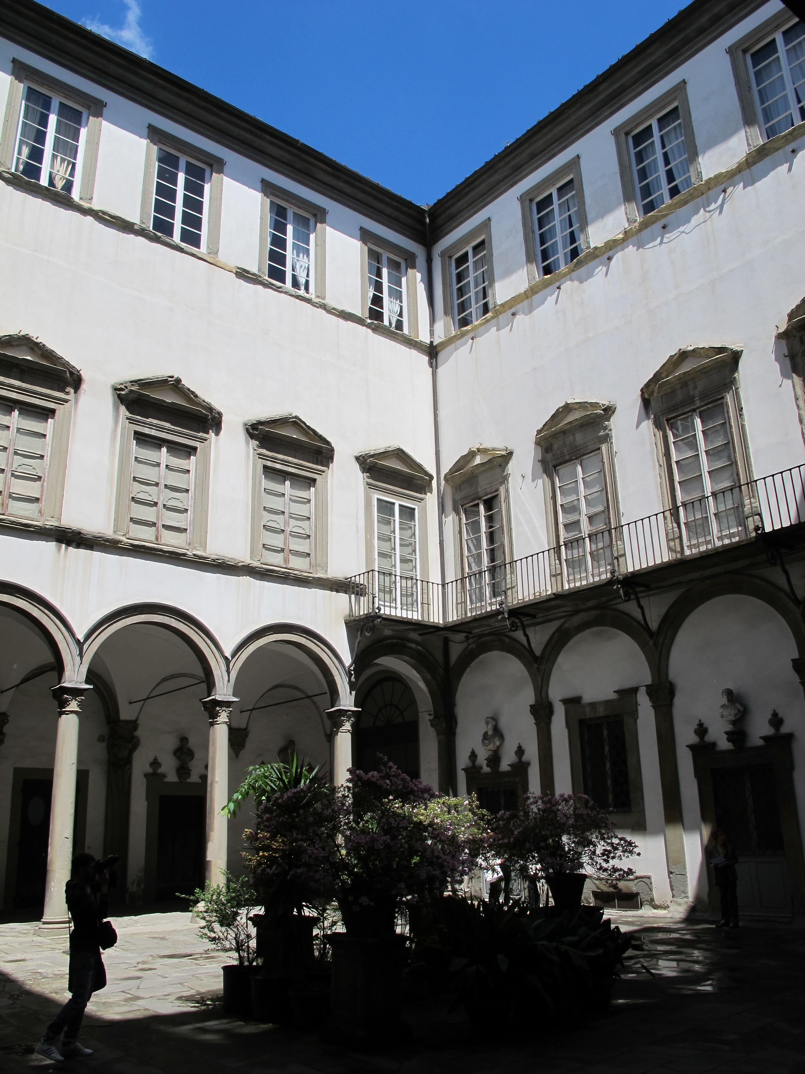 File palazzo del pugliese cortile m 03 jpg wikipedia for Sauna del cortile chiavi