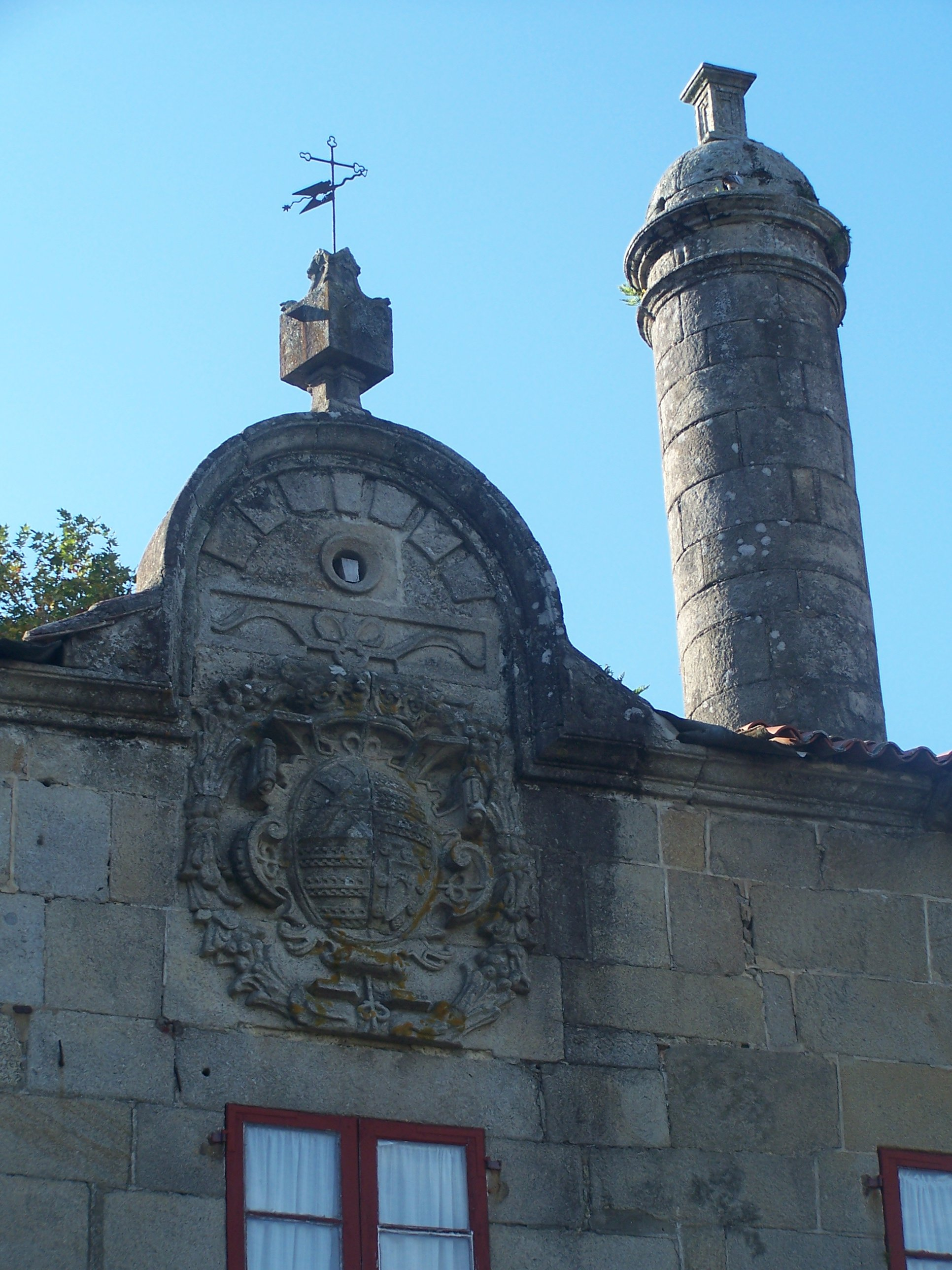 https://upload.wikimedia.org/wikipedia/commons/0/09/Pazo_de_Vista_Alegre._Detalle_de_escudo_y_chimenea..jpg