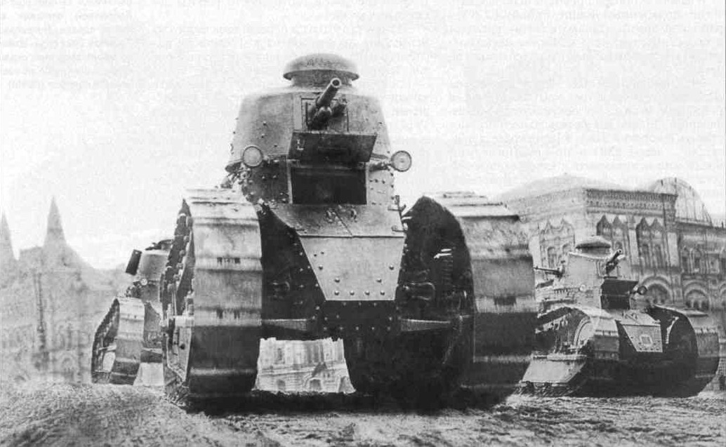 Renault_FT-17_and_Reno-russky_on_the_Red
