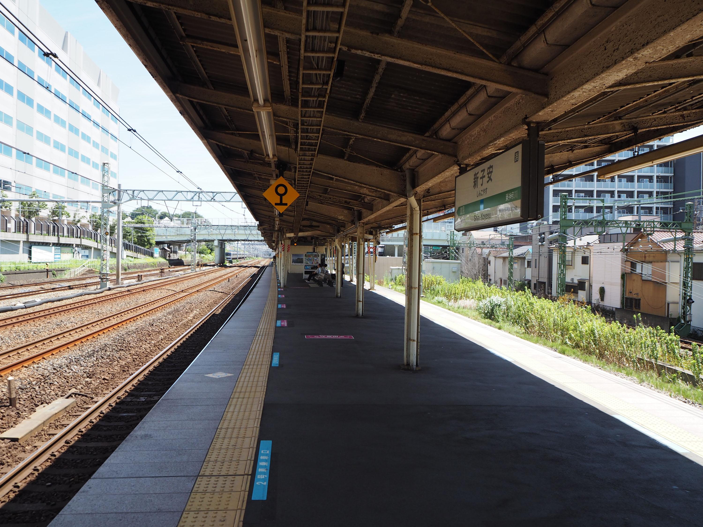 https://upload.wikimedia.org/wikipedia/commons/0/09/Shinkoyasu-Sta-Platform.JPG