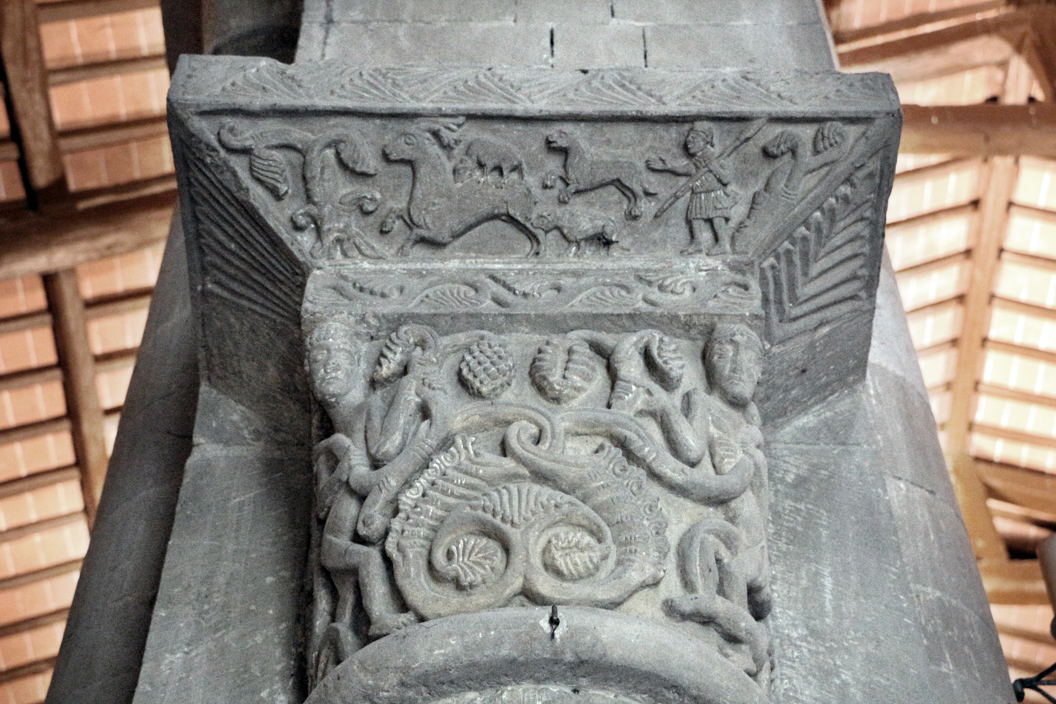 Sovicille, pieve di ponte allo spino, interno, capitelli della fine del XII secolo 03 vendemmia.JPG