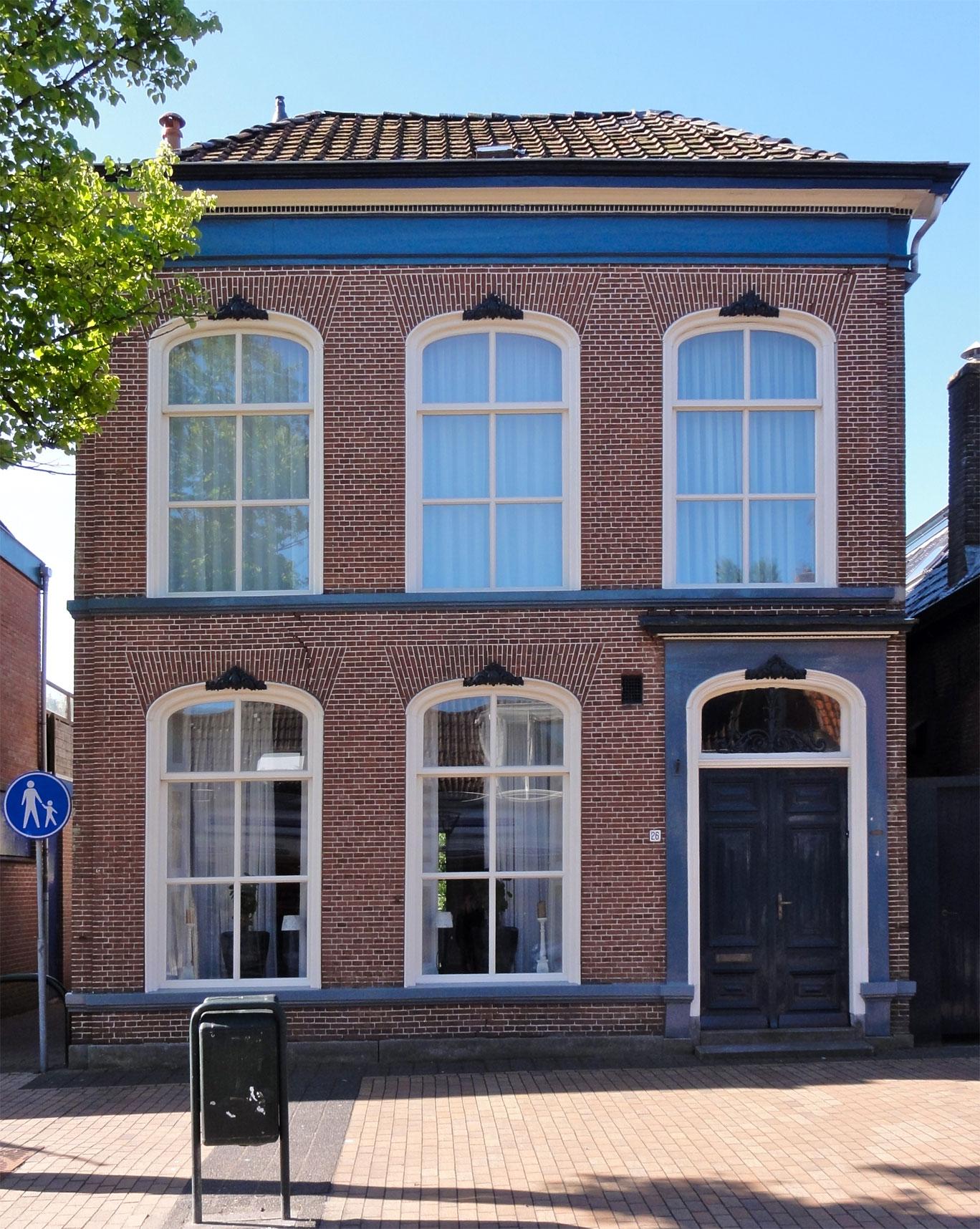 Deftig huis met omlijste ingang en zesruitsvensters en met verdieping onder laag schilddak in st - Huis ingang ...