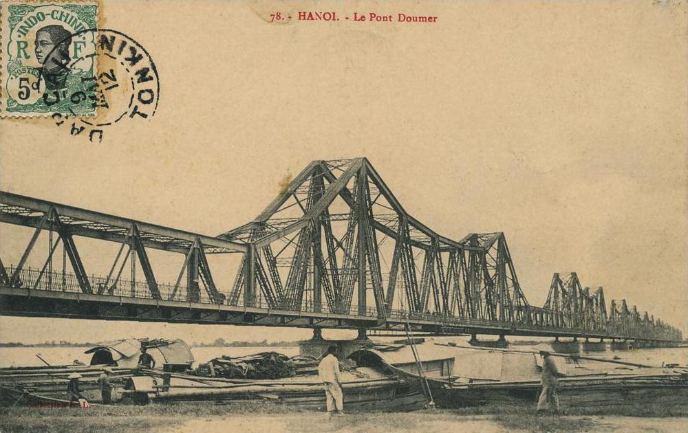 Le pont Long Bien (ou Doumer) au dessus du fleuve rouge à Hanoi sur une ancienne carte postale.