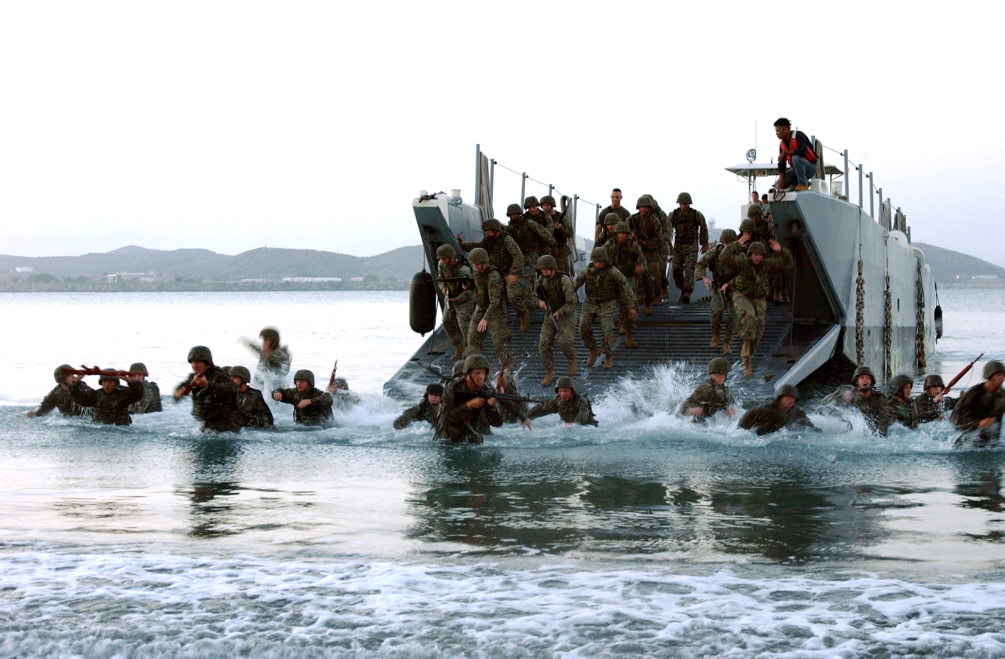 Amphibious_assault%2C_Landing_Craft_Utility_%28LCU%29%2C_23June04.jpg