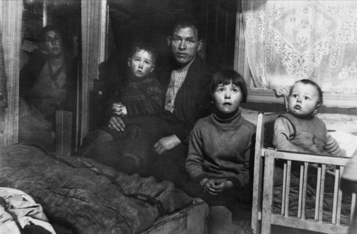 Fil:Arbeiderbolig, interiør, soverom, mann, barn, kvinne, senger ...