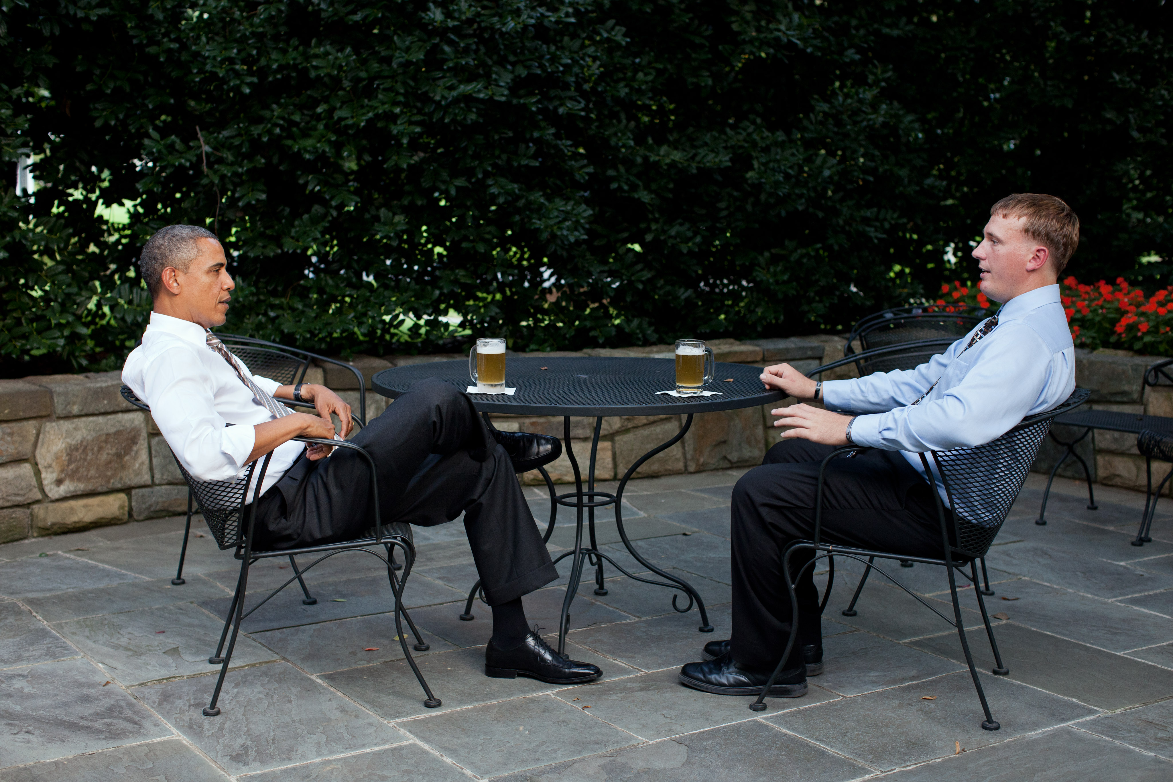 file barack obama and dakota meyer sharing a beer jpg wikimedia rh commons wikimedia org