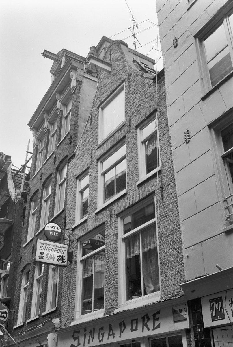 Huis met latere gevel onder klokvormige top met rollagen in amsterdam monument - Huis gevel ...