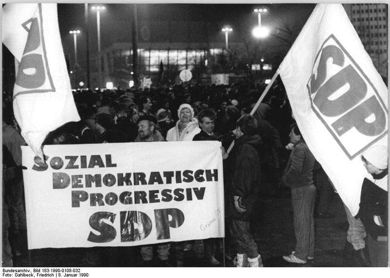 Bundesarchiv Bild 183-1990-0108-032, Leipzig, Montagsdemonstration, SDP-Anhänger.jpg