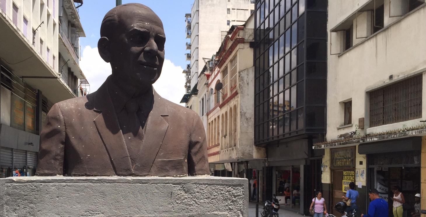 Busto de Billo Frómeta en el centro de Caracas.