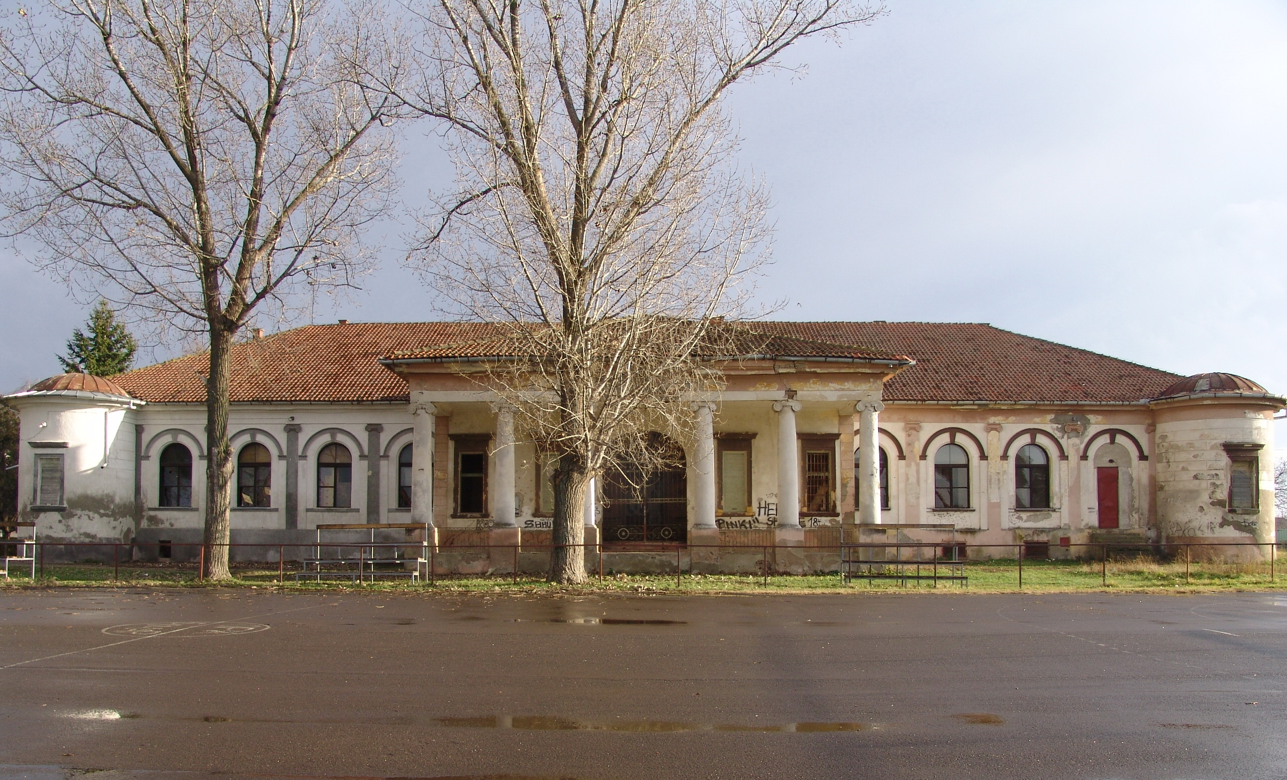 File:Dvorac Hertelendi-Bajić u Bočaru - dvorišna fasada.jpg - Wikimedia  Commons