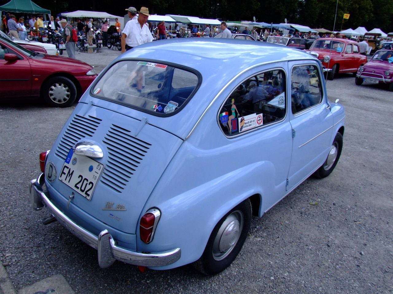 https://upload.wikimedia.org/wikipedia/commons/0/0a/Fiat_600_2.JPG