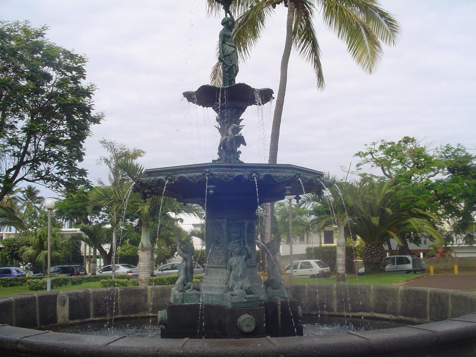 File fontaine du jardin de la mairie de saint pierre for Cabanes du jardin de pierre