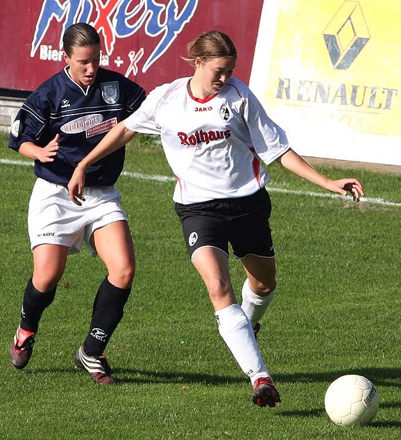 Ines Österle (rechts) beim Bundesligaspiel FFC Brauweiler Pulheim vs. SC Freiburg am 15. Oktober 2006 (Endstand 0:2).