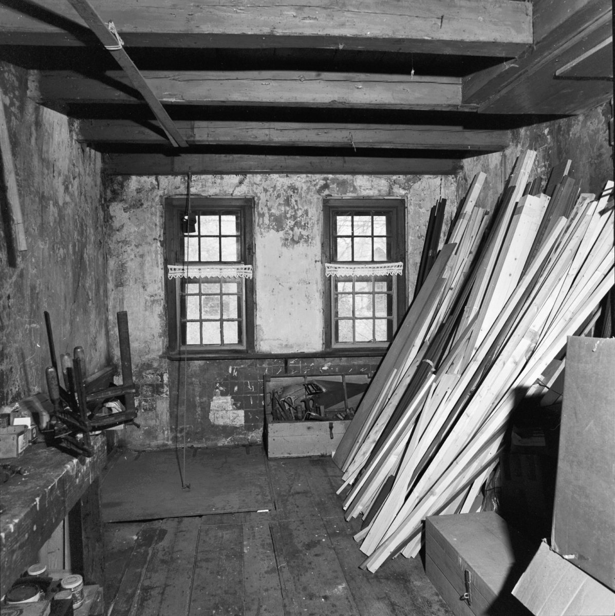File interieur ruimte met balkenplafond en houten vloer binnengevel met twee schuiframen met - Ruimte model kamer houten ...