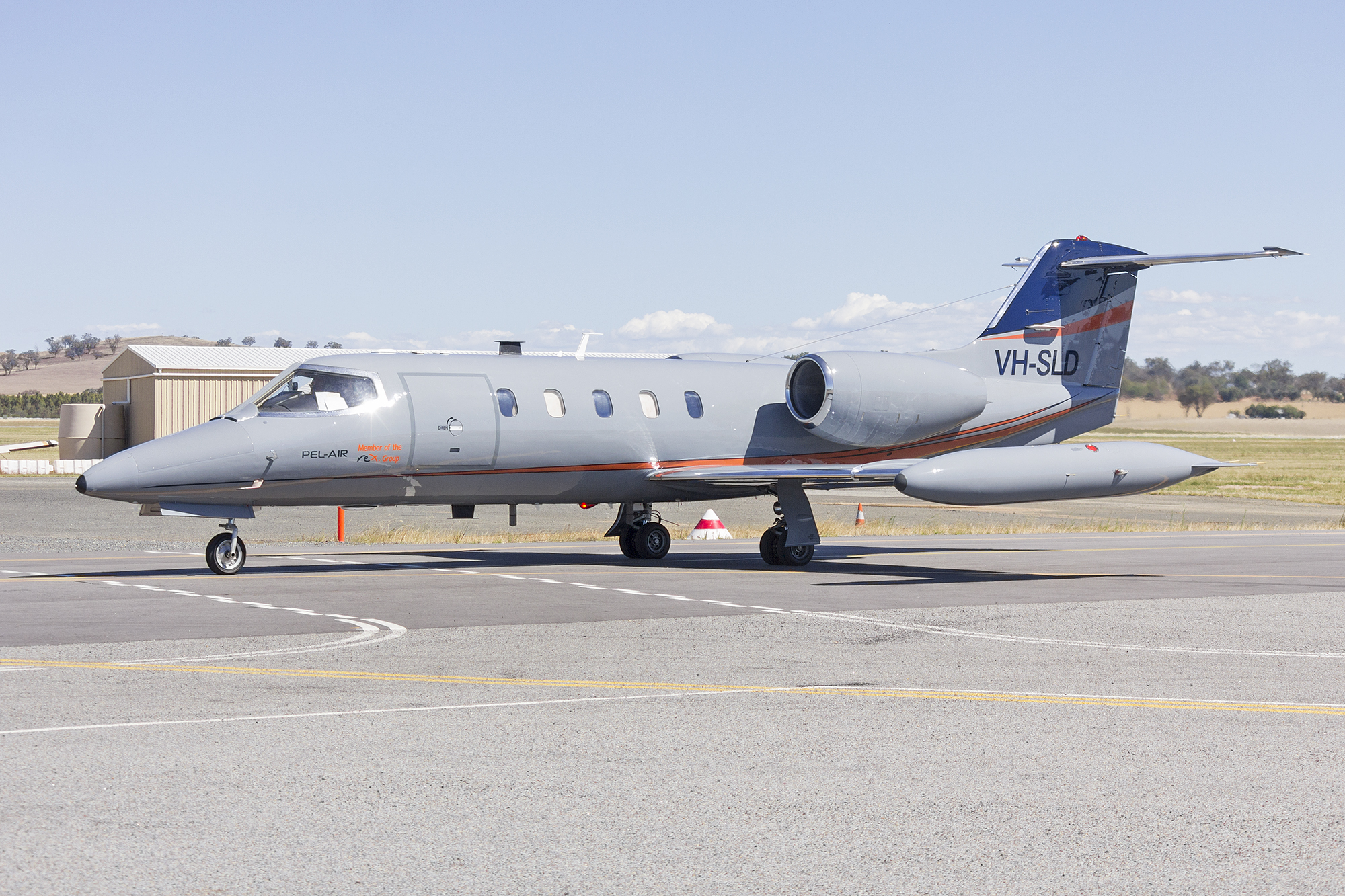 File:Pel-Air (VH-SLD) Learjet 35A taxiing at Wagga Wagga