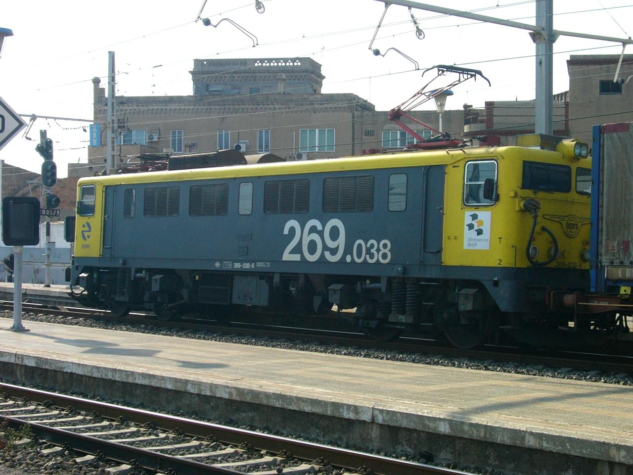 Locomotora 269-038 en la estación de Tarragona. Foto de Rq113kt4 en el año 2004.