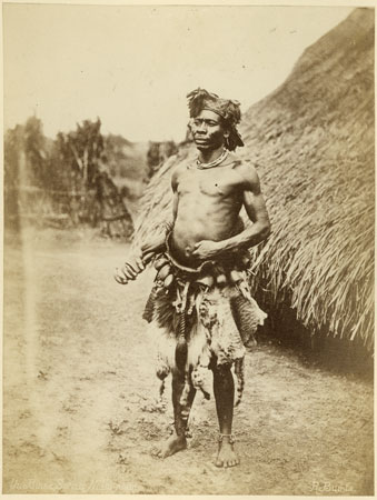 Contra-feiticeiro Azande, século XIX, foto de Richard Buchta, acervo do Pitt Rivers Museum (Wikimedia Commons)