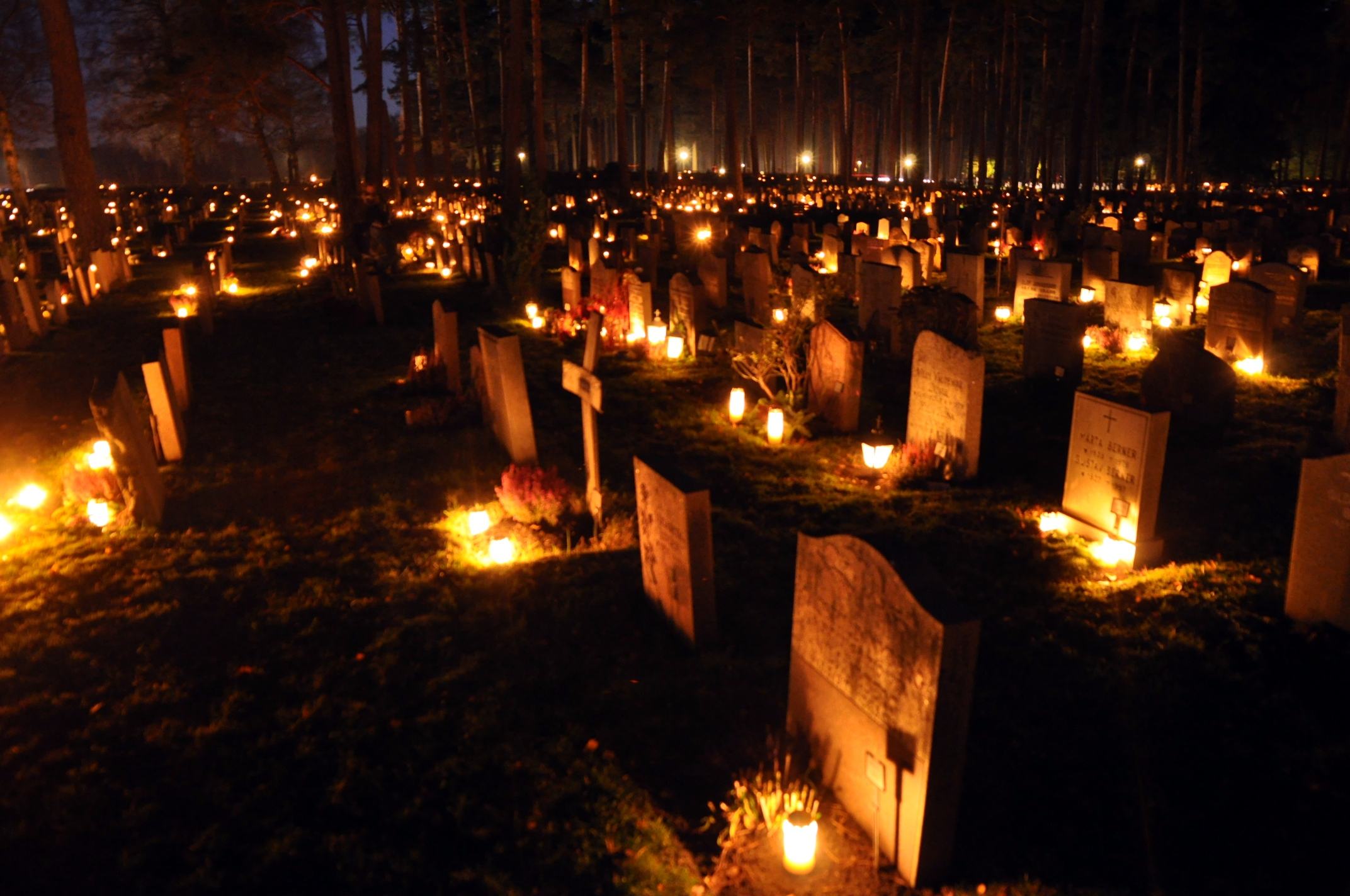 http://upload.wikimedia.org/wikipedia/commons/0/0a/Skogskyrkog%C3%A5rden_at_All_Saints_Day_2010-1.jpg