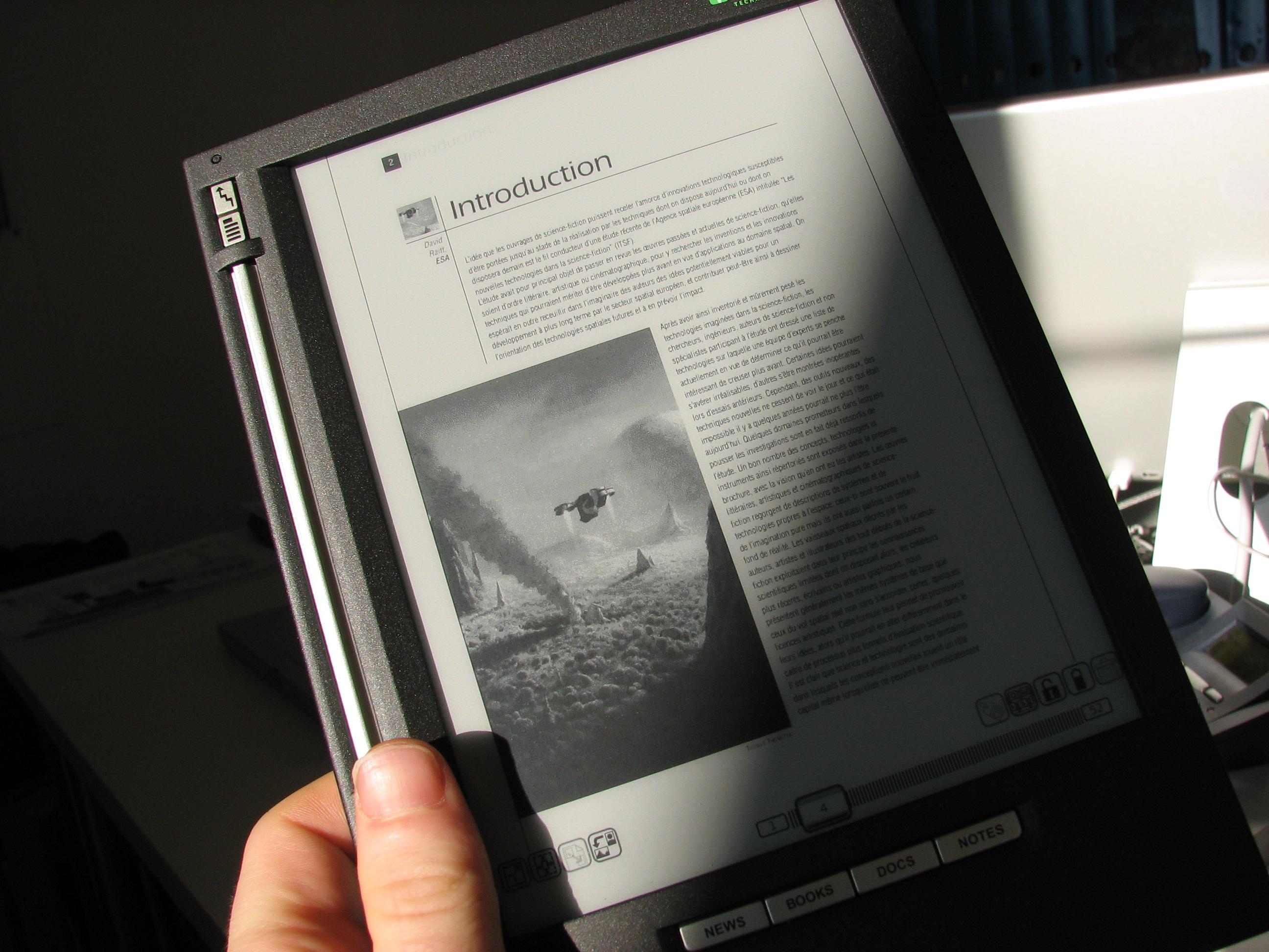 Soleil et ombre sur un bouquin électronique iLiad.jpg