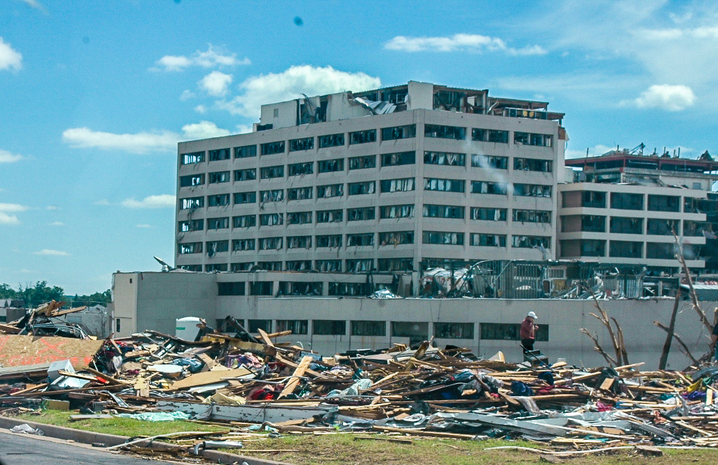 http://upload.wikimedia.org/wikipedia/commons/0/0a/St._Johns_Hospital_After_5-22_Tornado.jpg
