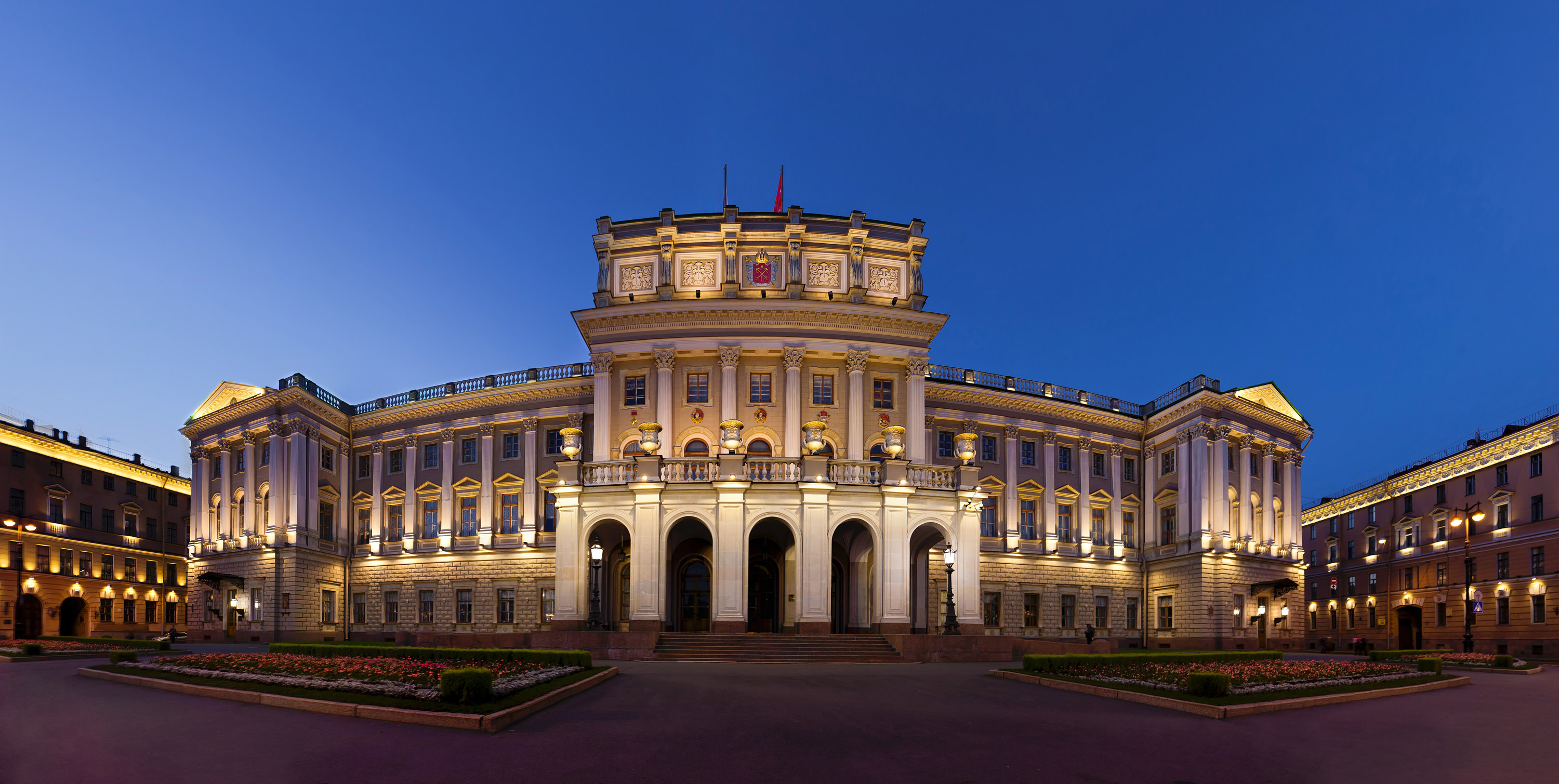 https://upload.wikimedia.org/wikipedia/commons/0/0a/St_Petersburg%2C_Mariinskiy_Palace_2.jpg