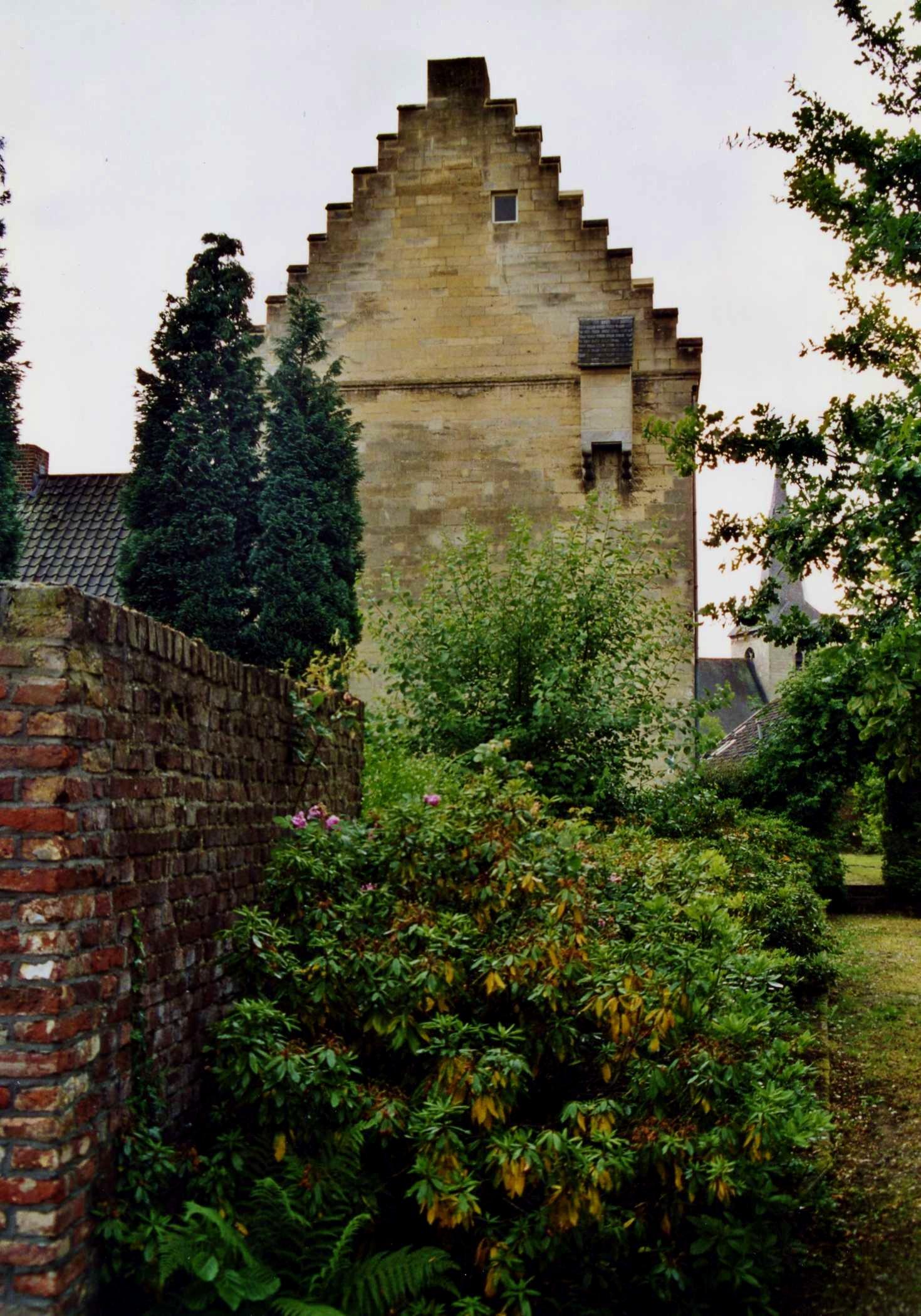 Het stenen huis mergel met zadeldak afgesloten door trapgevels in sint geertruid monument - Stenen huis uitbreiding ...