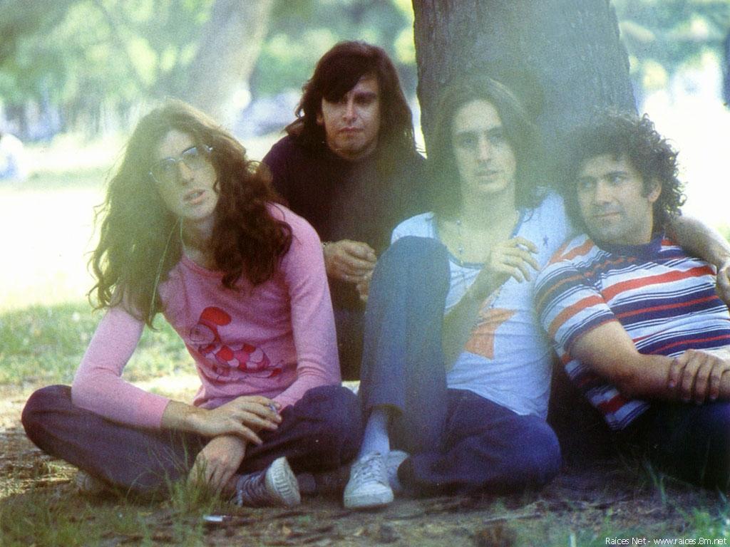 Sui Generis con su última formación original, hacia 1974 o 1975. De izquierda a derecha: Charly García (teclados, voz), Juan Rodríguez (batería), Nito Mestre (voz, guitarra, flauta) y Rinaldo Rafanelli (bajo).