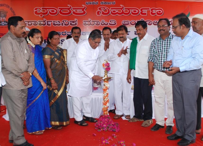Rahman Khan inaugurating the Bharat Nirman Public Information Campaign, at Kr Pet, Mandya Dist, Karnataka on October 19, 2013.jpg English: The Union Minister