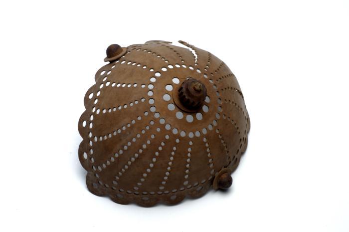 File:Tropenmuseum Royal Tropical Institute Objectnumber 1853-29 Opengewerkte sierbak van kalebas.jpg