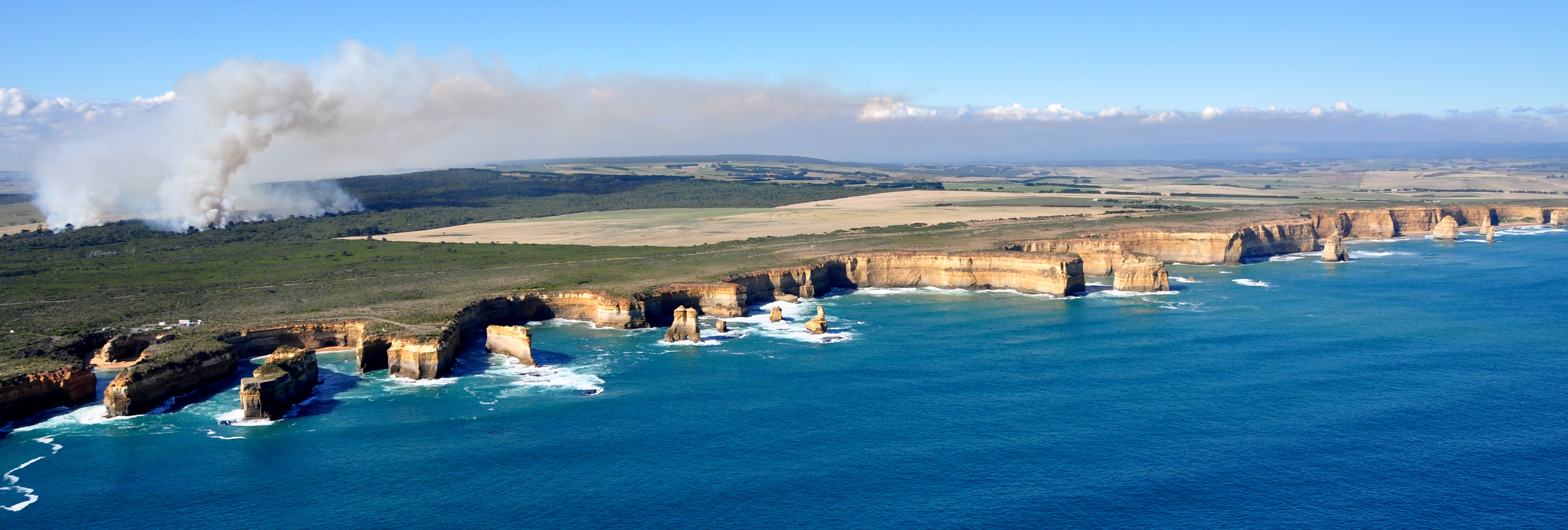 File:Twelve Apostles -Australia -aerial view-25March2009.jpg - Wikimedia Commons