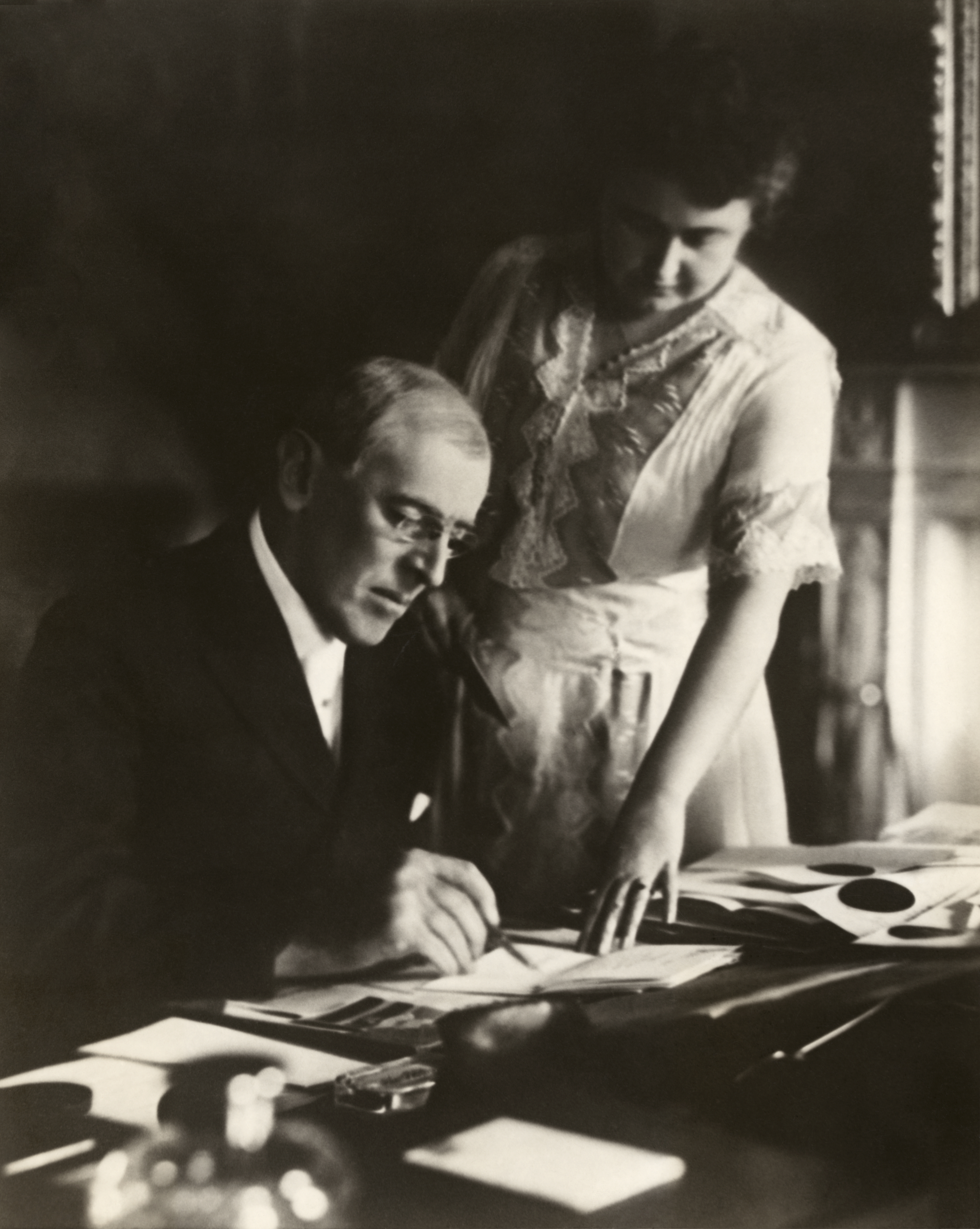 https://upload.wikimedia.org/wikipedia/commons/0/0a/Woodrow_and_Edith_Wilson2.jpg