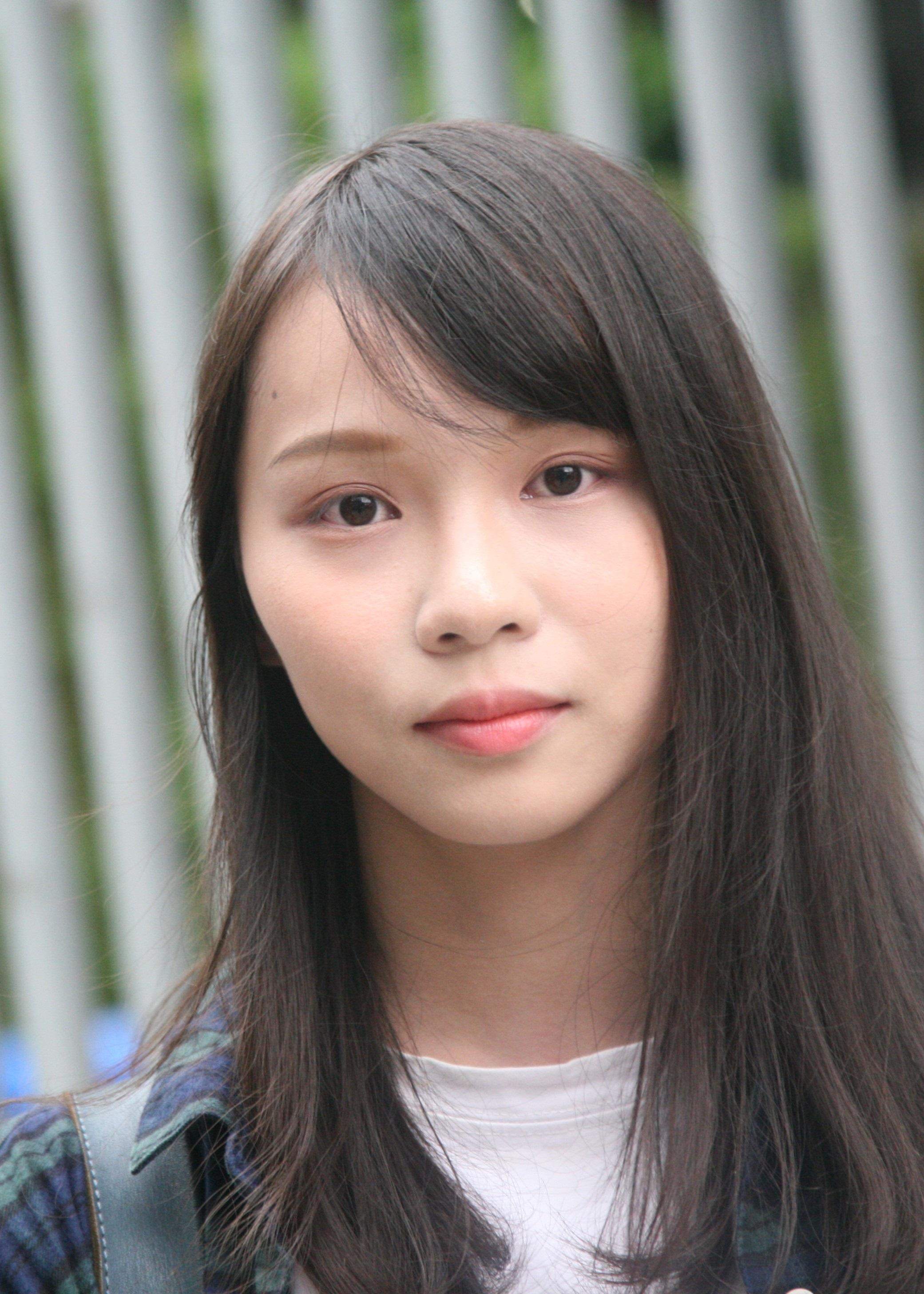 https://upload.wikimedia.org/wikipedia/commons/0/0b/Agnes_Chow_on_Tim_Mei_Avenue_%28cropped%29.jpg