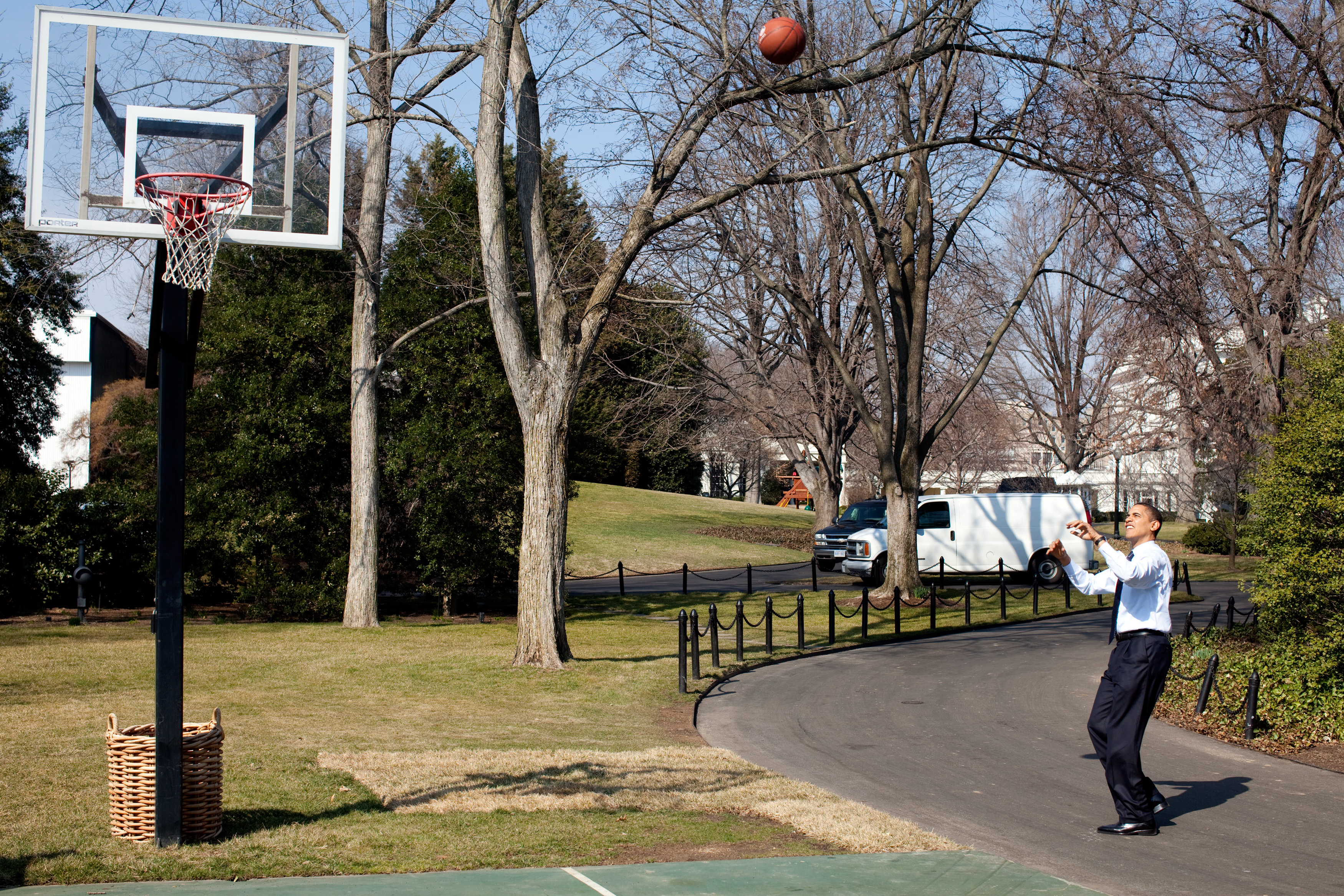 File Barack Obama shoots on the White House basketball court