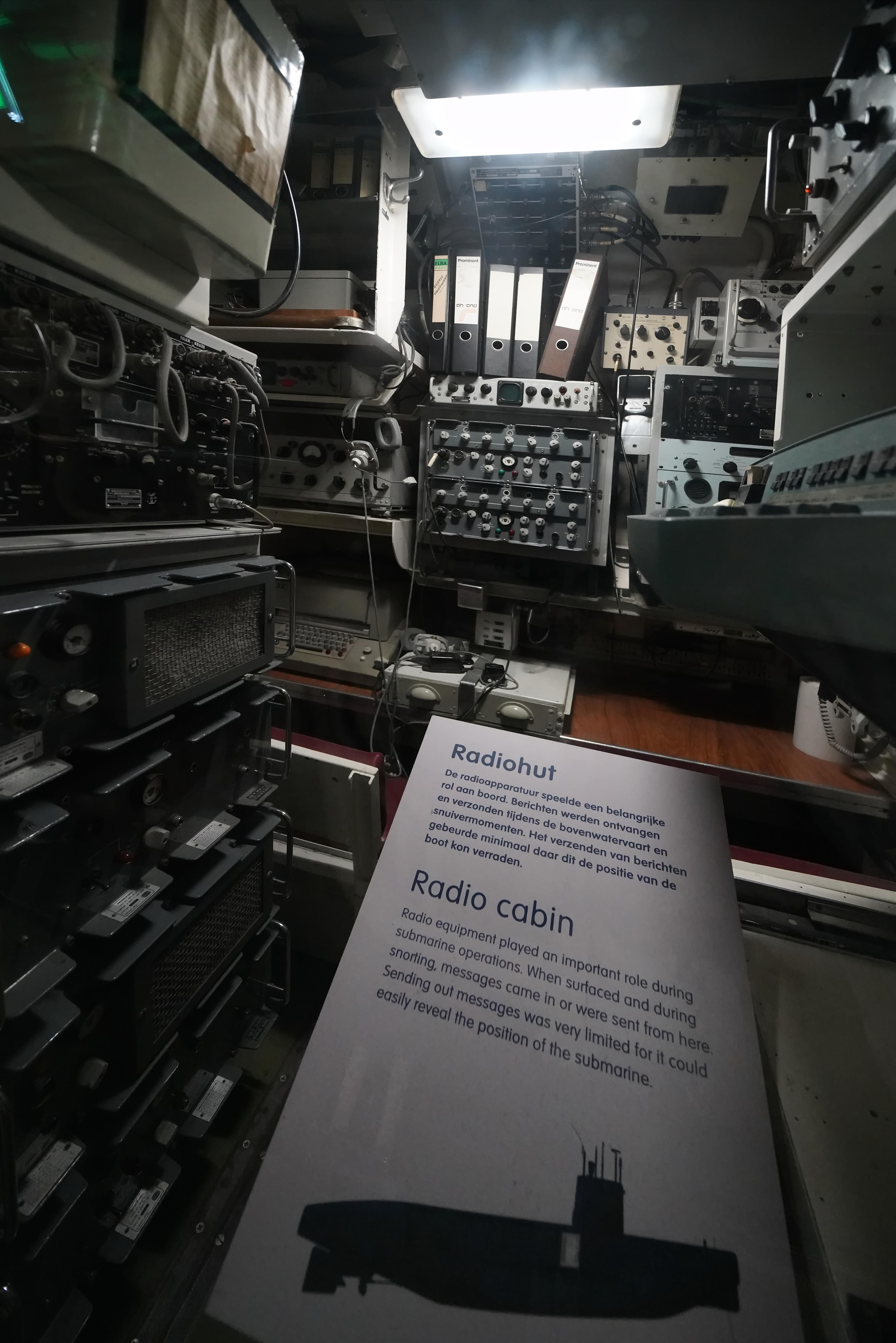 65ac0038ba9318 File Binnen in duikboot Tonijn (4) (45167119451).jpg - Wikimedia Commons