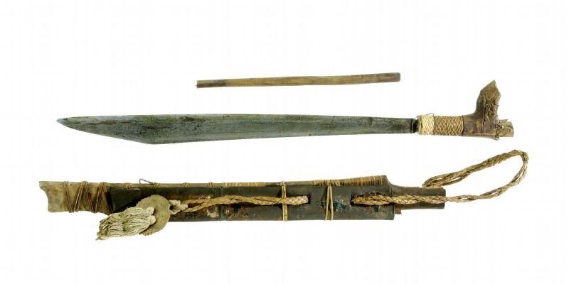 File:COLLECTIE TROPENMUSEUM Zwaard met gevest van hout schede en mesje TMnr 1632-49.jpg