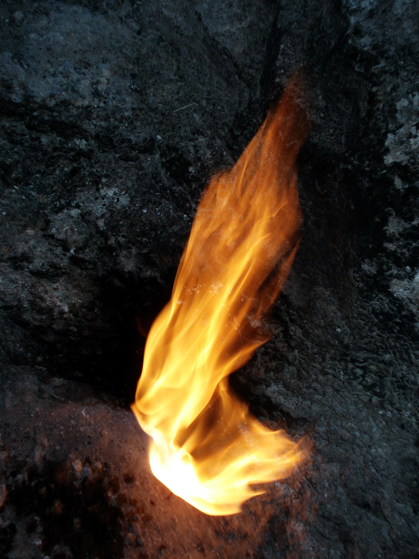 Fiamme generate dalla perdita di gas naturale (costituito essenzialmente da metano) da una sorgente naturale.
