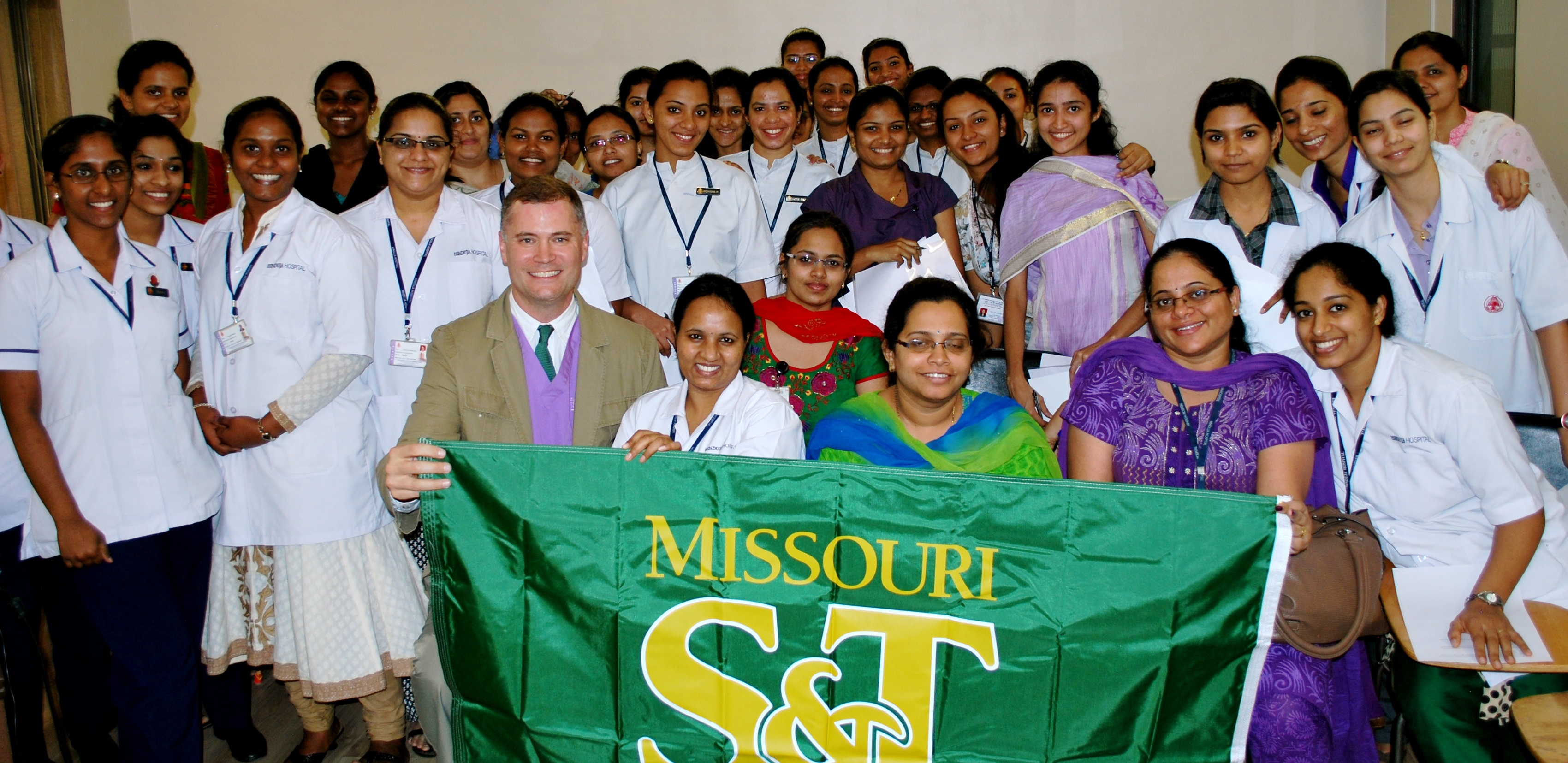 File:Daniel Oerther poses with nurses at the PD Hinduja Hospital in