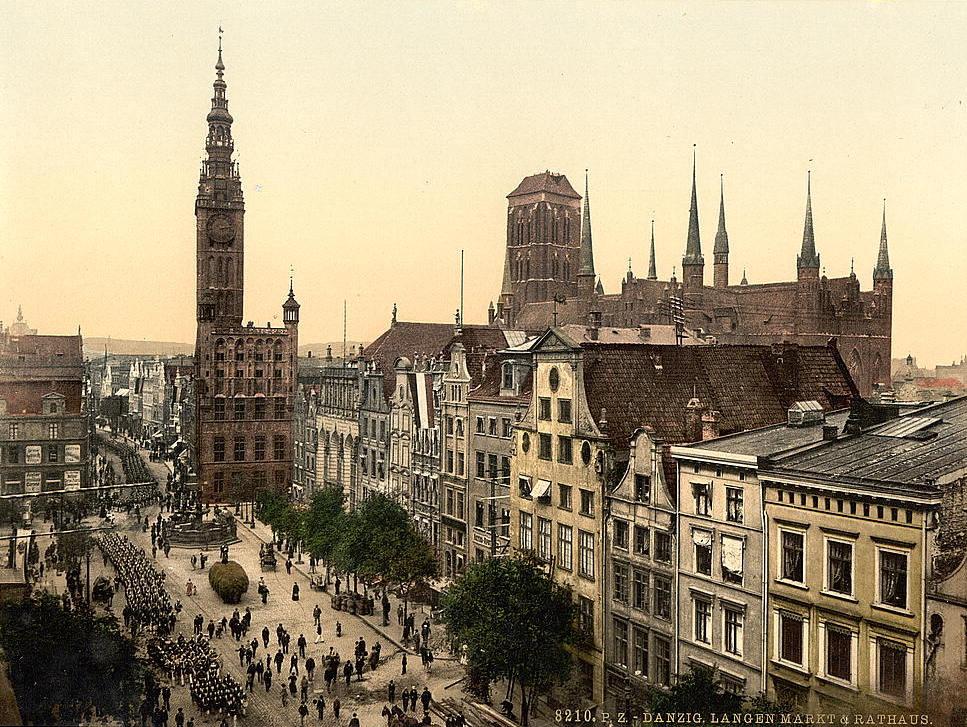 http://upload.wikimedia.org/wikipedia/commons/0/0b/Danzig_Langen_Markt_und_Rathaus_(1890-1900).jpg