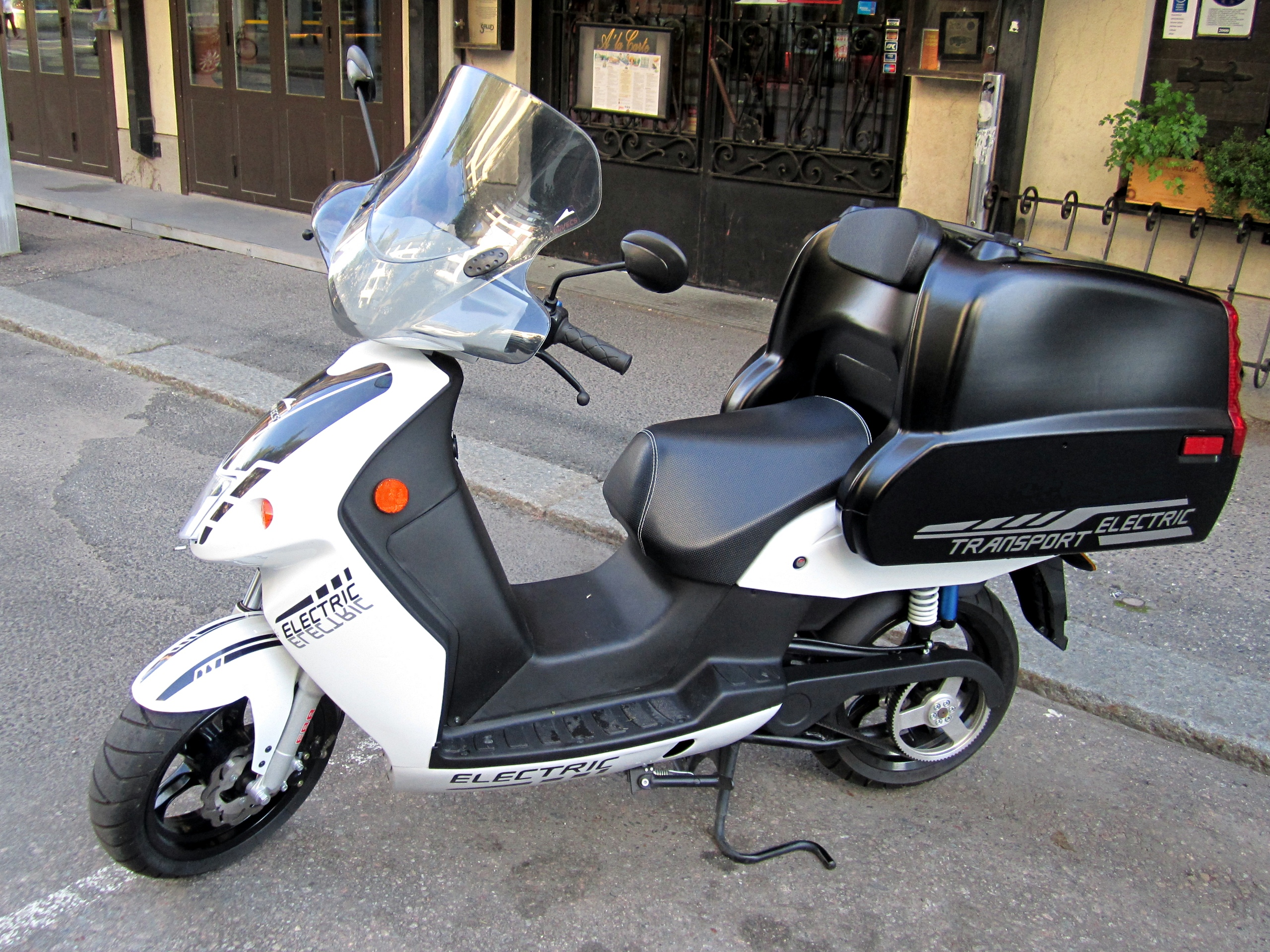 file govecs electric scooter delivery box jpg wikimedia commons