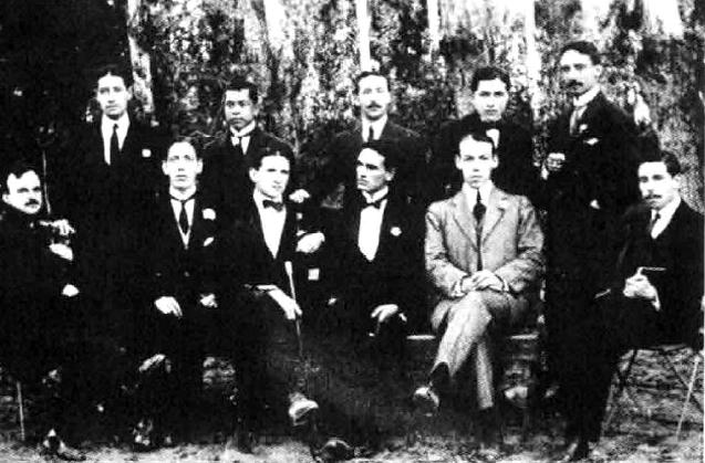 """La """"bohemia trujillana"""" o Grupo Norte, 1916. Vallejo es el cuarto de los sentados, de izquierda a derecha. Atrás de él, Antenor Orrego."""